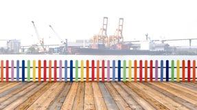 Madera de madera Varicolored de la cerca y del piso con backgro del buque de carga fotos de archivo libres de regalías