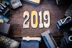 Madera 2019 del concepto y letras aherrumbradas del metal Imágenes de archivo libres de regalías