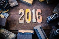 Madera 2016 del concepto y letras aherrumbradas del metal Fotografía de archivo