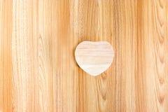 Madera del corazón en el fondo de madera Fotografía de archivo libre de regalías