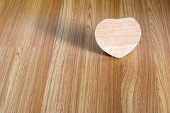Madera del corazón en el fondo de madera Fotografía de archivo