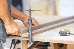 Madera del corte del carpintero para la construcción de la casa Fotografía de archivo libre de regalías