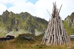 Madera del fuego del campo en el nearcabin de las montañas Fotografía de archivo libre de regalías