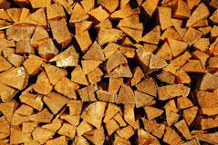 madera del fuego del Piel-árbol en un woodpile Imagen de archivo