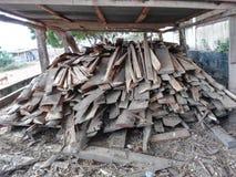 Madera del fuego para la estufa de la arcilla fotografía de archivo