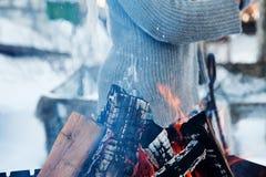Madera del fuego y hacha vieja Recurso reanudable de una energía Fotografía de archivo