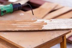 Madera del taladro del carpintero para la construcción de la casa Imágenes de archivo libres de regalías