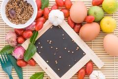 Madera del tomate del huevo de la comida del fondo orgánica Fotos de archivo libres de regalías