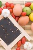 Madera del tomate del huevo de la comida del fondo orgánica Foto de archivo libre de regalías
