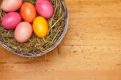 Madera del vintage de la cesta de los huevos de Pascua Foto de archivo libre de regalías