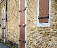 Madera e hierro Windows y puertas en pared de ladrillo Fotografía de archivo