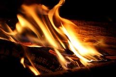 Madera en el fuego Fotos de archivo libres de regalías