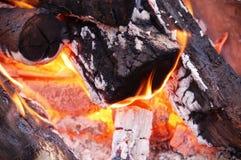 Madera en el fuego Fotos de archivo
