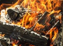 Madera en llamas en hoguera imagen de archivo libre de regalías