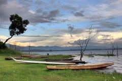Madera muerta con el barco largo Foto de archivo libre de regalías