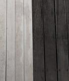 Madera negra y fondo de madera blanco Fotos de archivo