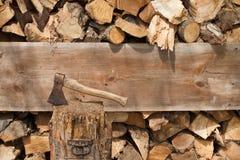 Madera pegada y cortada del hacha Imagenes de archivo
