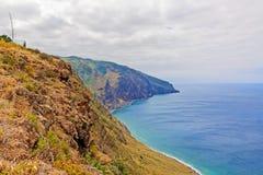 Madera, Ponta do Pargo - trillende klippenkust Royalty-vrije Stock Fotografie