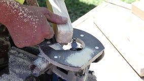 Madera que procesa en una fresadora, madera de la artesanía que procesa usando las herramientas eléctricas, metrajes