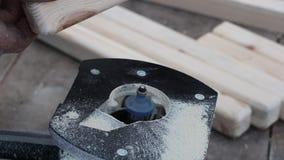 Madera que procesa en una fresadora, madera de la artesanía que procesa usando las herramientas eléctricas, almacen de video