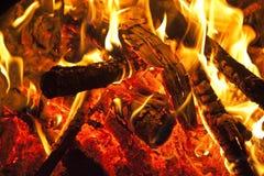 Madera que quema en el fuego Fotografía de archivo