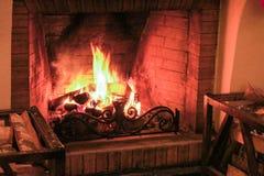 Madera que quema en la chimenea Imagenes de archivo