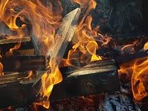 Madera que quema en un alto fuego Imagenes de archivo