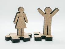 Madera que talla hombres y a mujeres en el fondo blanco Foto de archivo