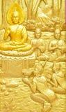 Madera que talla sobre la historia tailandesa de Buda en la puerta tailandesa del templo Foto de archivo