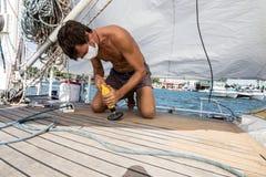 Madera que trabaja en el barco del sailign foto de archivo