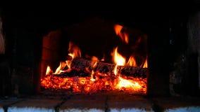 Madera-quema en la estufa rusa fotos de archivo