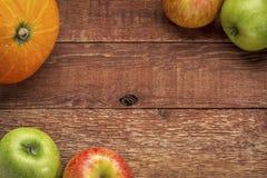 Madera rústica del granero con la calabaza y las manzanas imagenes de archivo