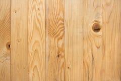 Madera, tablero del pino en un fondo marrón Imagen de archivo