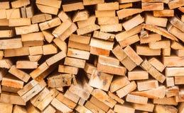 Madera tajada apilada en la pila para el invierno Fotografía de archivo