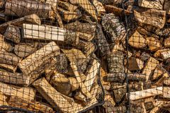 Madera tajada cargada en redes fotos de archivo libres de regalías