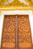 Madera tallada en el templo tailandés de la ventana Imágenes de archivo libres de regalías