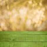 Madera vacía del verde de la perspectiva sobre árboles borrosos con el fondo del bokeh, para el montaje de la exhibición del prod Imagen de archivo