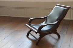 Madera vieja y silla de cuero Foto de archivo libre de regalías