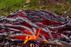 Madera y carbón ardientes en chimenea Primer de la madera ardiente caliente, Imagenes de archivo