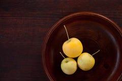 Madera y manzanas de Brown Imagen de archivo libre de regalías
