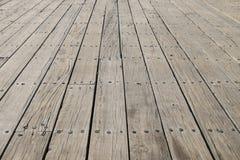 Maderas planas largas de una nueva cubierta en un muelle de trabajo en el nuevo inglés Imagenes de archivo