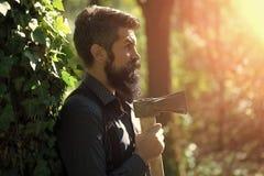 Maderero masculino en bosque Fotografía de archivo