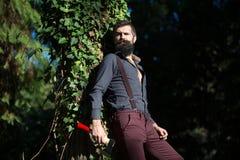 Maderero masculino en bosque Imágenes de archivo libres de regalías