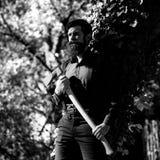 Maderero masculino en bosque Imagen de archivo
