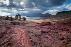 Madery wyspa, Ponta De Sao Laurenca, krajobraz z czerwienią kołysa i kamienie Zdjęcie Stock