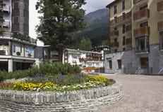 Madesimo-Stadtzentrum (italienische Alpen) in der Sommersaison Stockfotografie