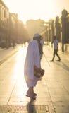 Madina arabisk saudier, 20 mars 2016: Gamala mannen efter bön går i korridor med reflexion av solnedgången Royaltyfri Bild