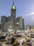 MADINA, KÖNIGREICH DES SAUDIS ARABIEN 31. MAI 2019: Eine Gruppe moslemische Pilger machen eine Pause nach fajr Morgengebet währen stockfotografie