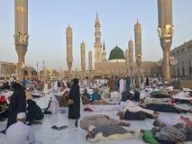 MADINA, KÖNIGREICH DES SAUDIS ARABIEN 26. MAI 2019: Eine Gruppe moslemische Pilger machen eine Pause während Ramadan-Fastenmonats lizenzfreies stockbild