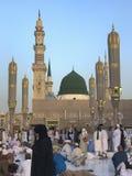 MADINA, KÖNIGREICH DES SAUDIS ARABIEN 26. MAI 2019: Eine Gruppe moslemische Pilger machen eine Pause während Ramadan-Fastenmonats stockfotos